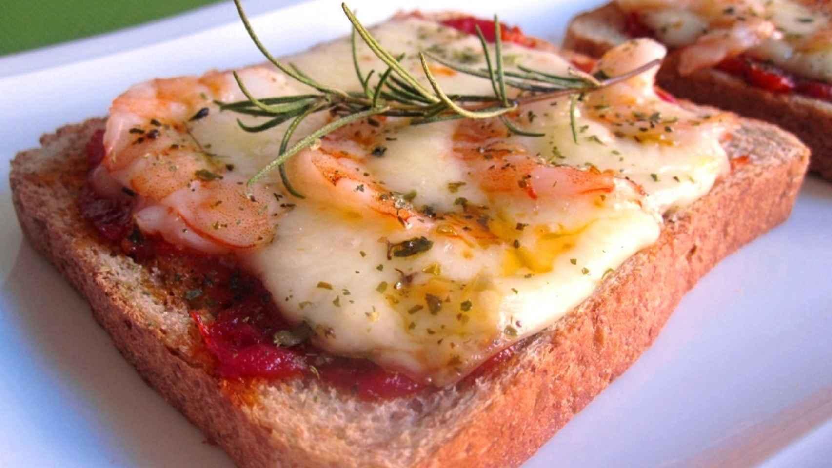 Pizza con pan de molde y salsa de tomate express