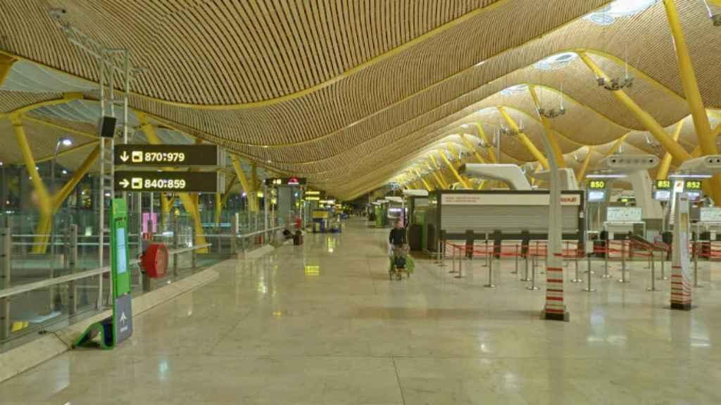 Imagen del aeropuerto de Barajas prácticamente vacío.
