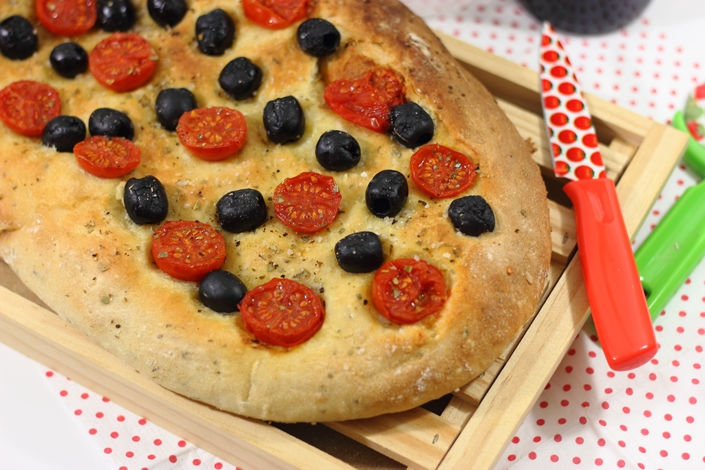 Focaccia de aceitunas negras y tomates cherry