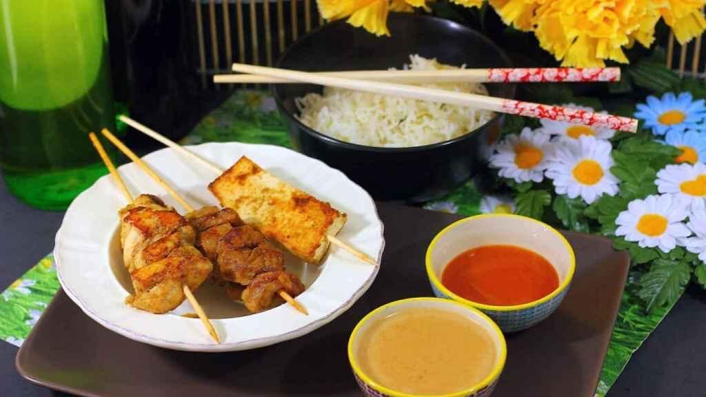 Satay de pollo, ternera y tofu
