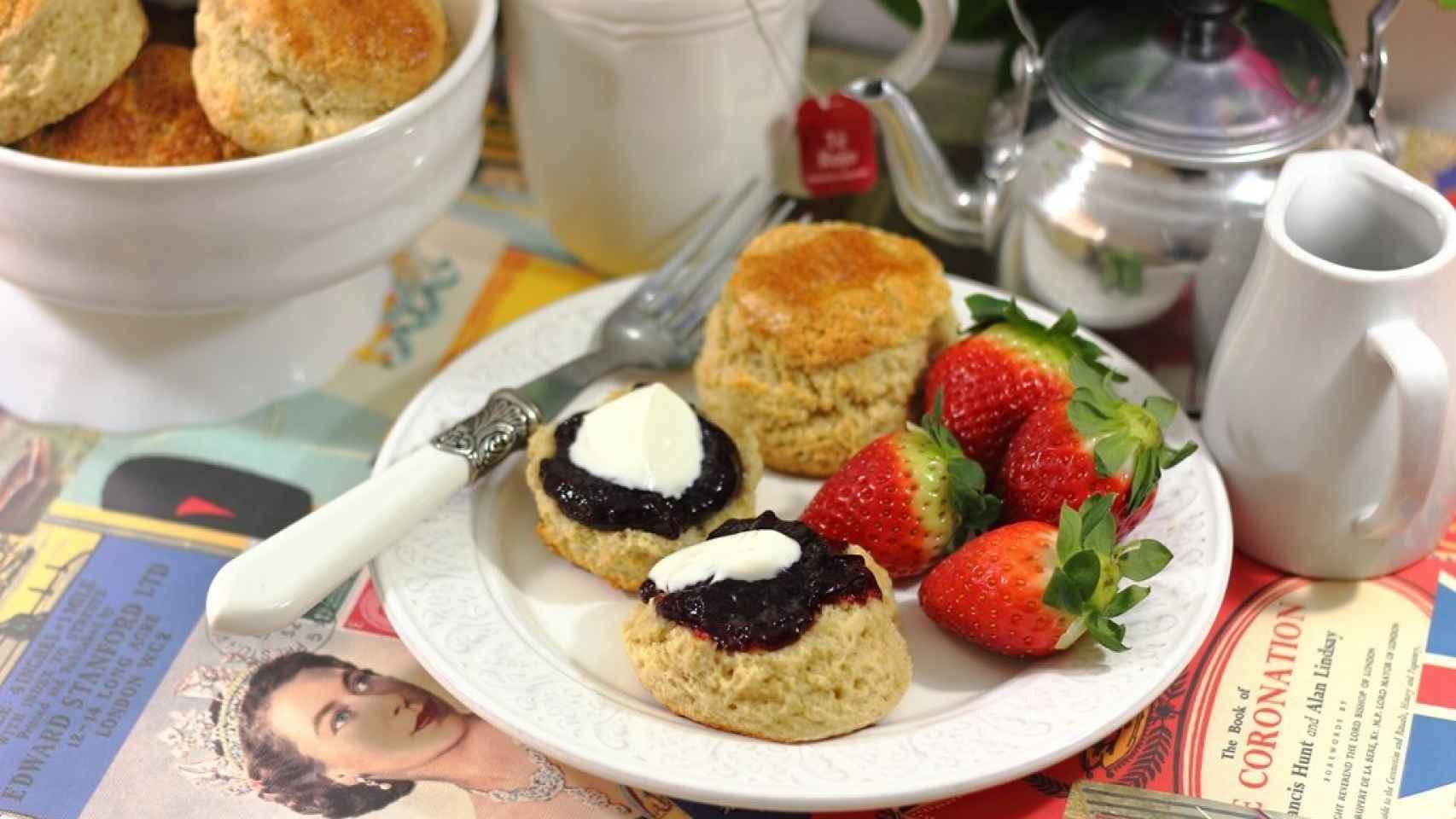 Servimos con mermelada y clotted cream -en este caso fue yogur griego, :-) -