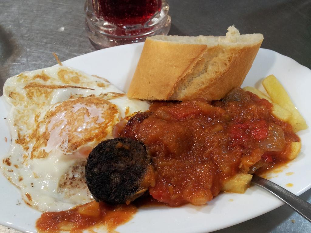 Completo (huevo frito con patatas, chorizo, morcilla y carne con tomate)