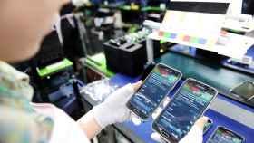¿Cómo se fabrica un móvil? Imágenes y detalles del montaje del Moto X y Galaxy S5