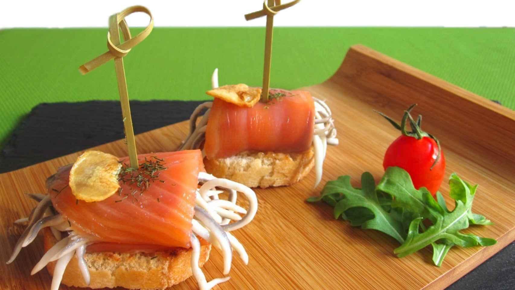 Rollito de salmón ahumado con beicon y gulas
