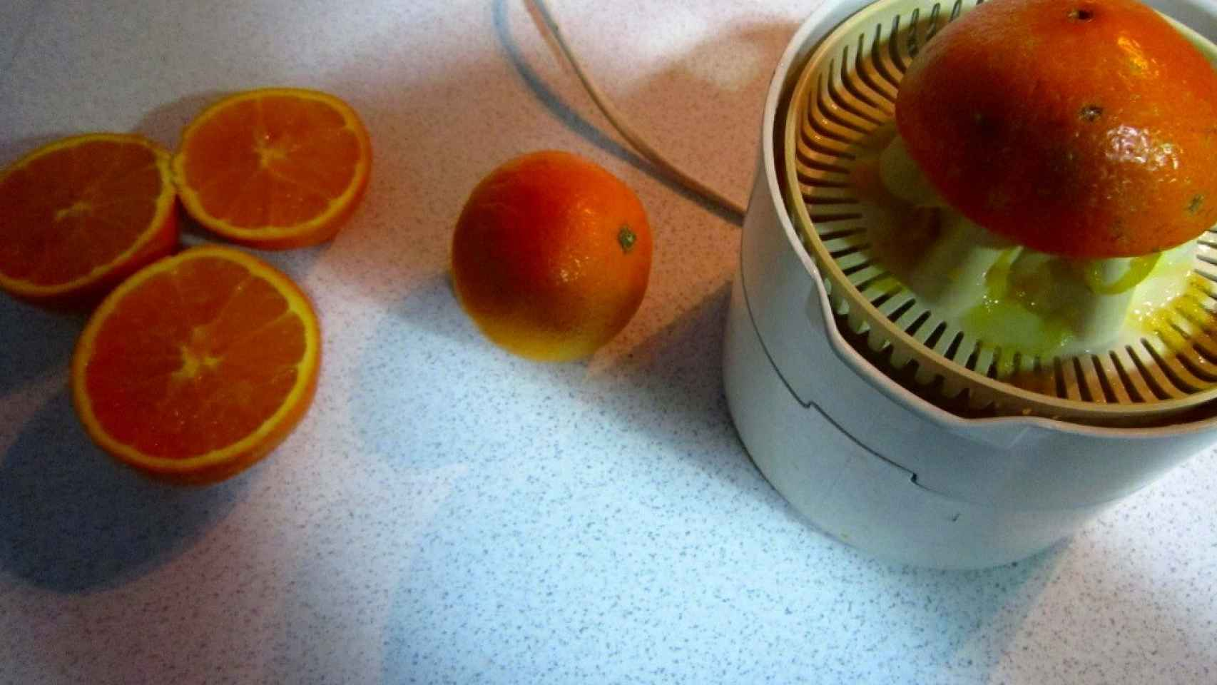Rape a la naranja - Haciendo zumo