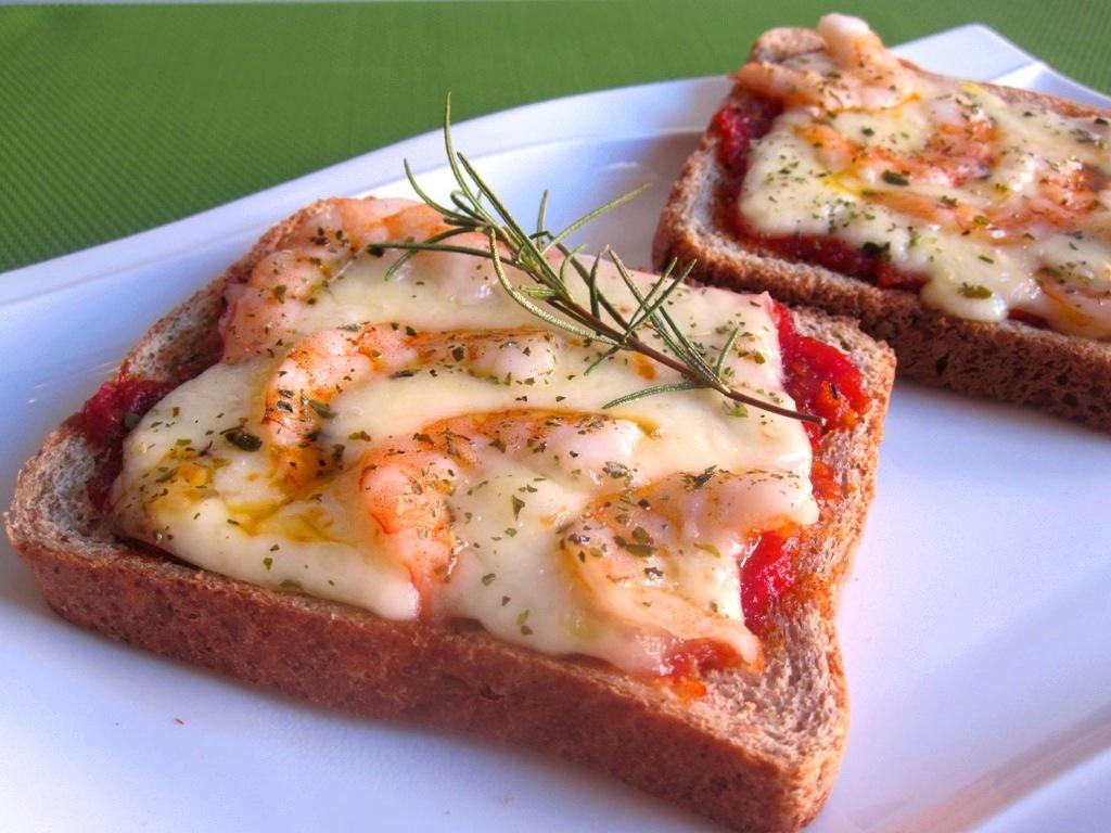 Pizza con pan de molde y salsa de tomate exprés 14