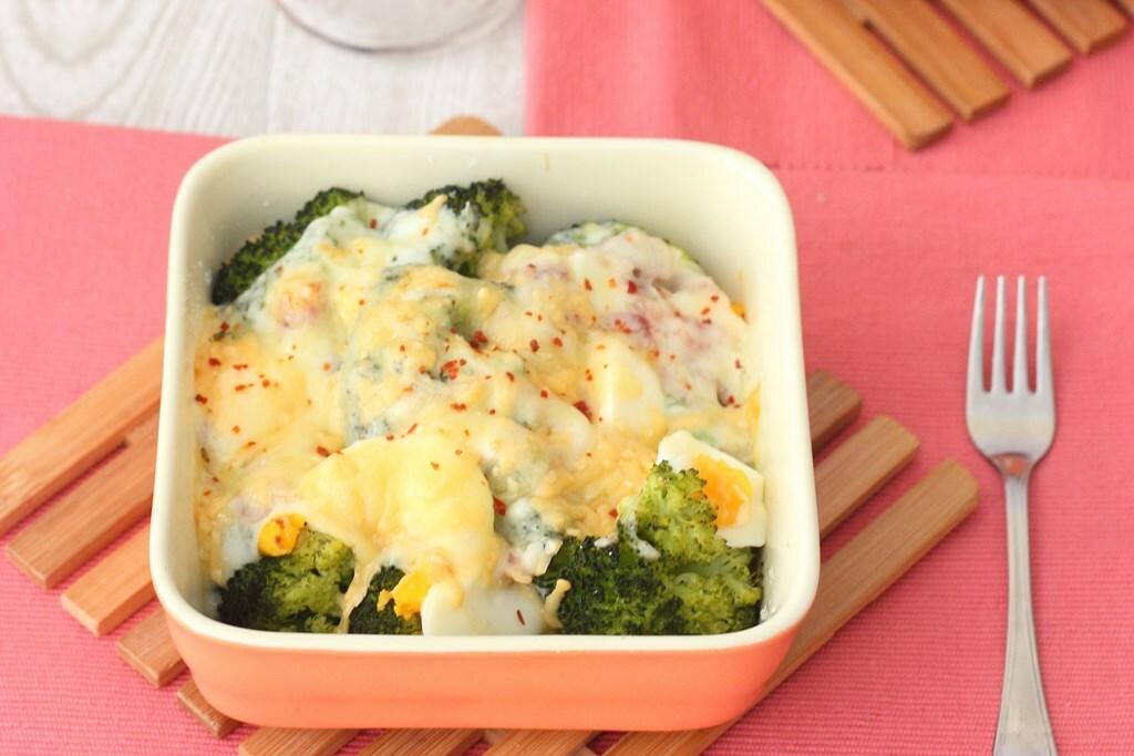 Brócoli gratinado con jamón, queso y huevo