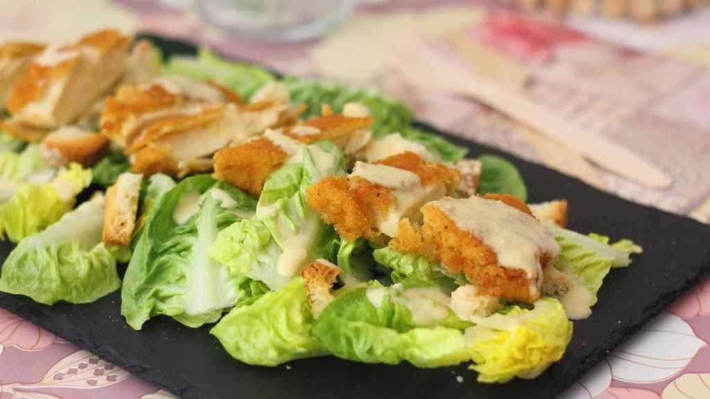 Ensalada César con pollo crujiente