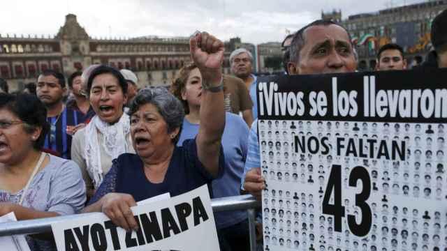 Manifestantes protestan en Ciudad de México a dos días del aniversario de las desapariciones.