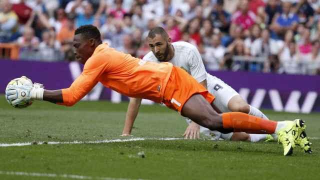 El portero camerunés durante un momento del partido.