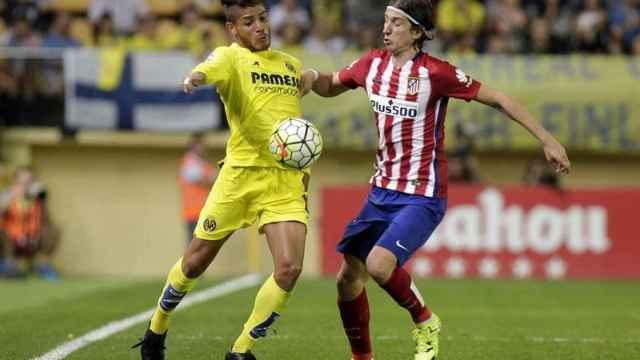 Jonathan dos Samntos pelea un balón con Filipe Luis.