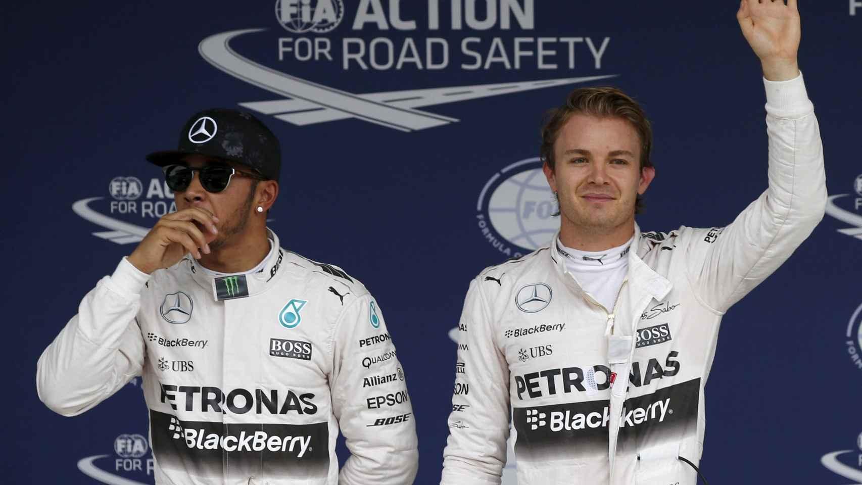 Lewis Hamilton y Nico Rosberg celebrando las dos primeras plazas conseguidas en Japón.