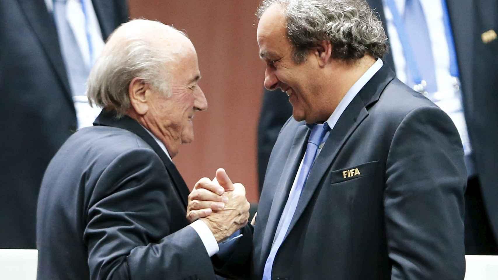 Platini felicita a Blatter por su reeleción como presidente de la FIFA.
