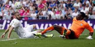 Benzema y Kameni en un lance del Real Madrid-Málaga.