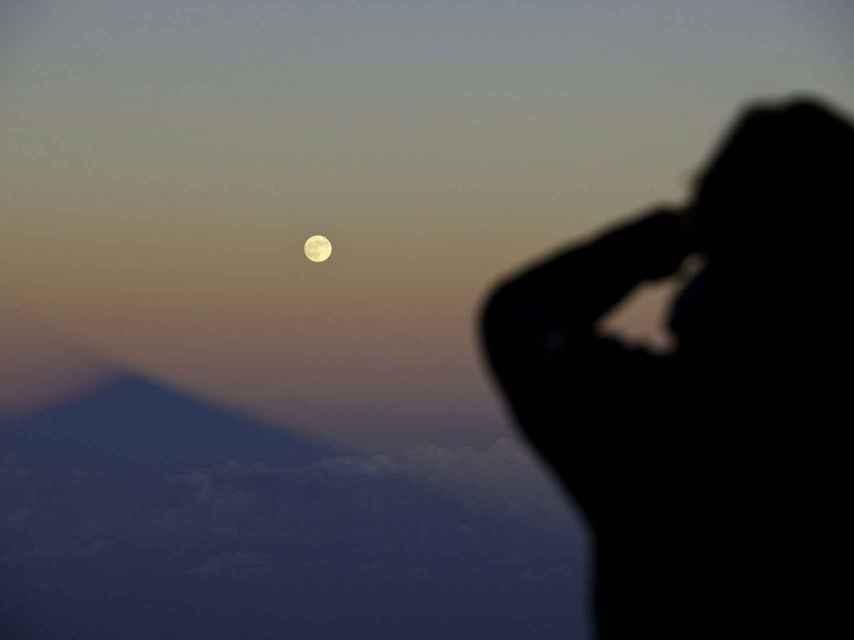 Imagen de la luna desde el Teide en Tenerife.