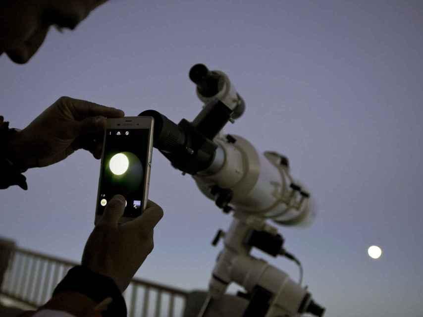 Un observador saca una foto de la luna en Tenerife.
