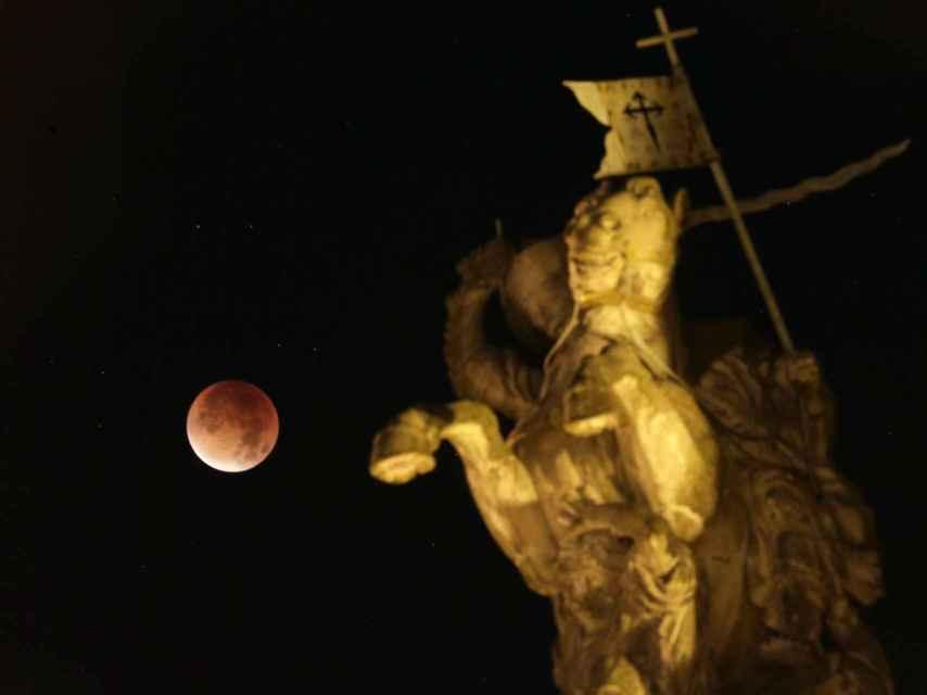 La 'luna de sangre' en Santiago de Compostela.