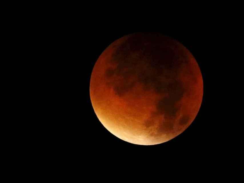 Así ha sido fotografiada la luna durante su espectacular eclipse en Colmar, Francia.