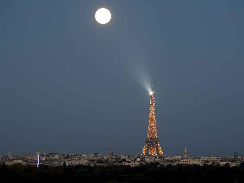 Otra imagen de la superluna de la pasada noche sobre París.