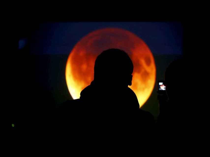 La luna con su color cobrizo durante el eclipse, en Varsovia.