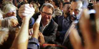 Artur Mas saluda a los simpatizantes de su candidatura electoral.