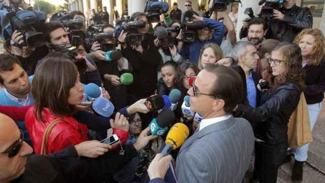 El abogado de la acusación popular, a las puertas de los juzgados.