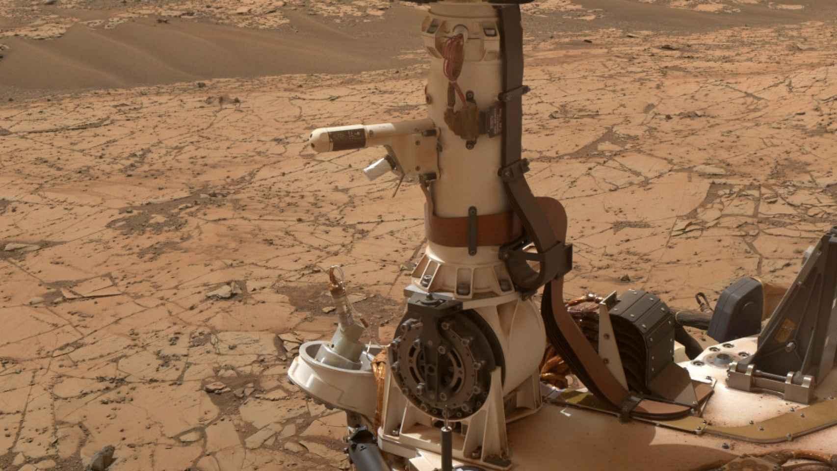 Los instrumentos meteorológicos del Curiosity con Marte de fondo.
