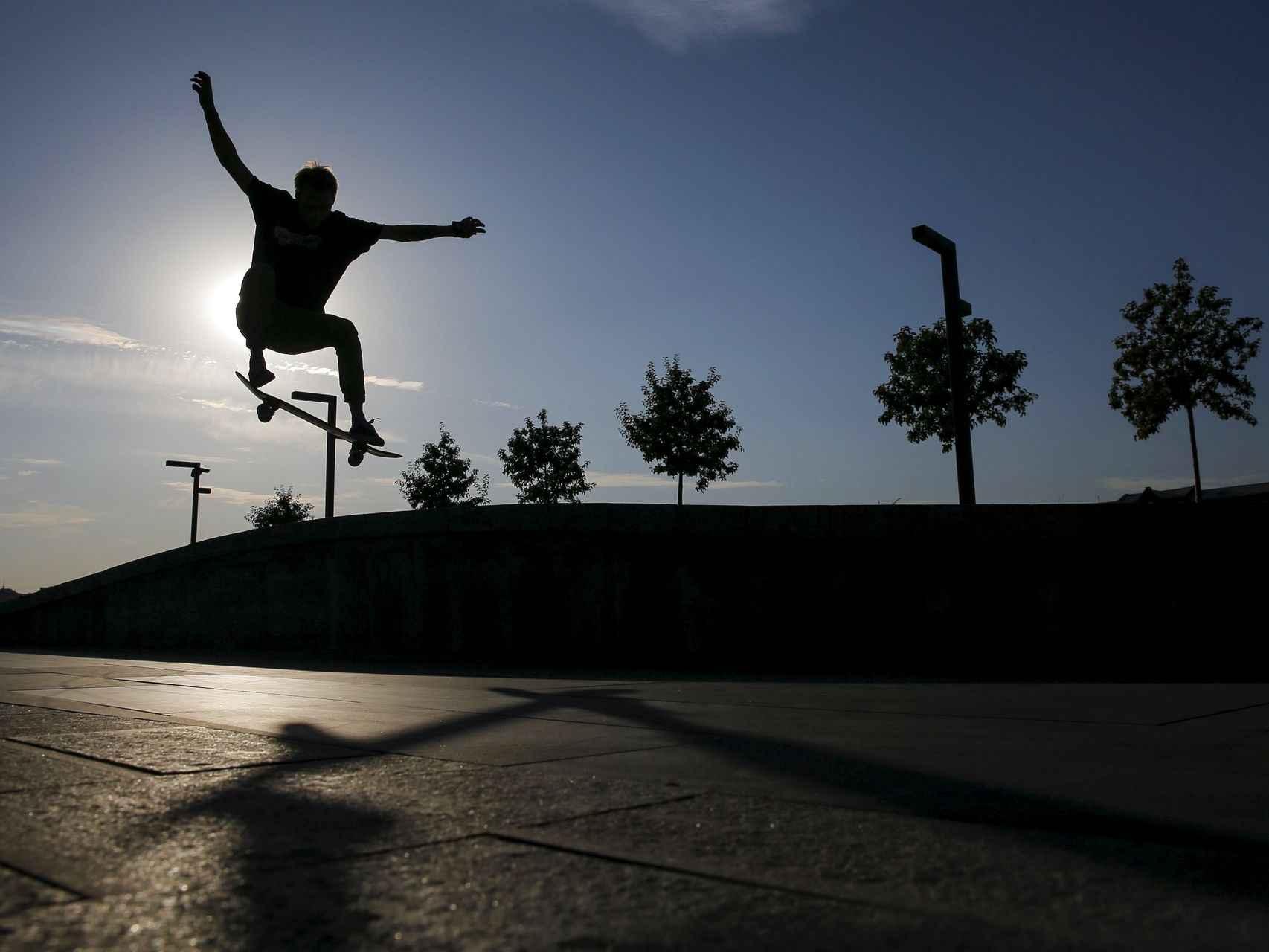 Un 'skater' practica al atardecer