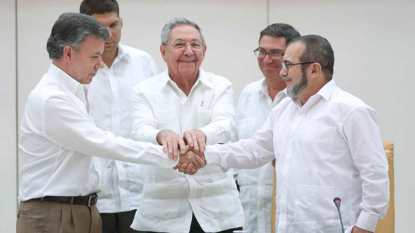 El presidente de Colombia estrecha manos con el líder de las Farc en septiembre.