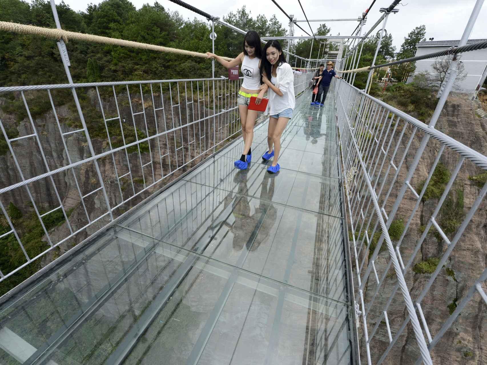 Las estructuras elevadas con suelo de cristal son casi una moda en China.