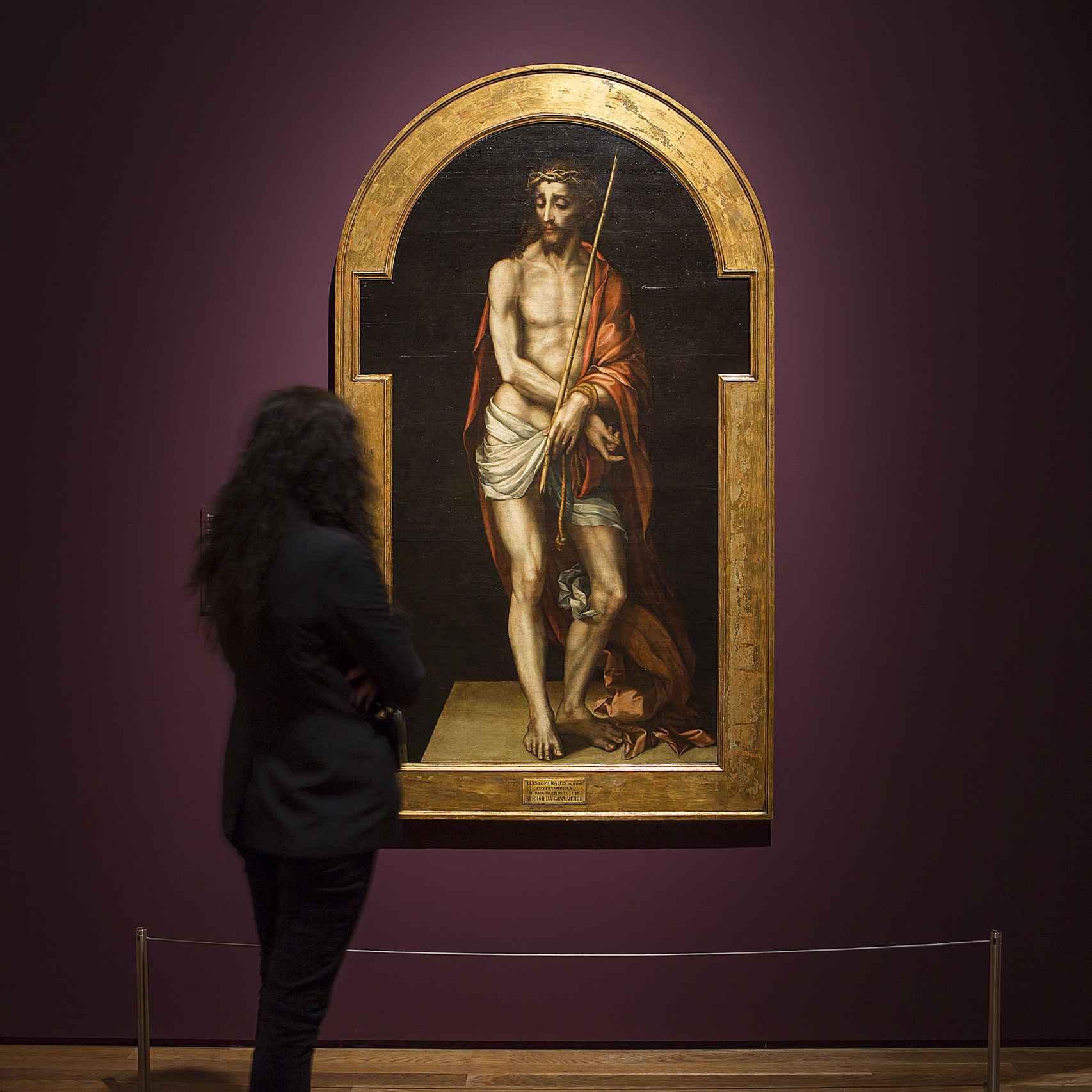 Una visitante ante uno de los cuadros de la exposición del Museo del Prado.
