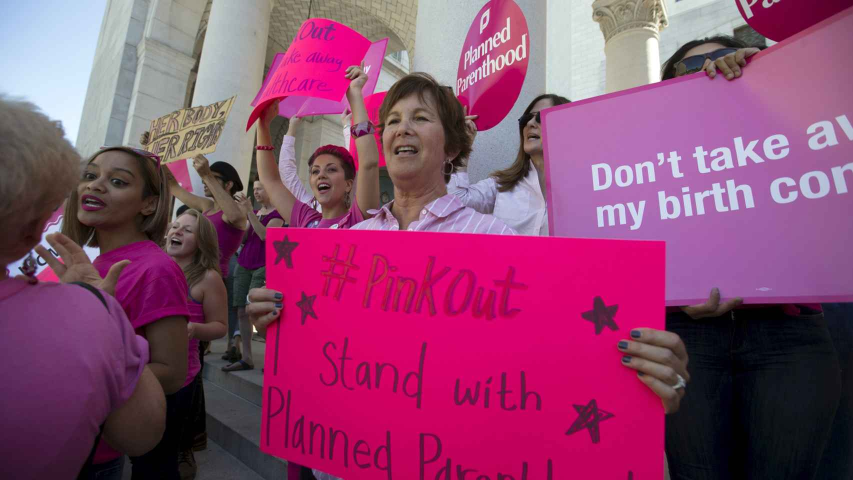Activistas se manifiestan a favor de Planned Parenthood en Los Ángeles.