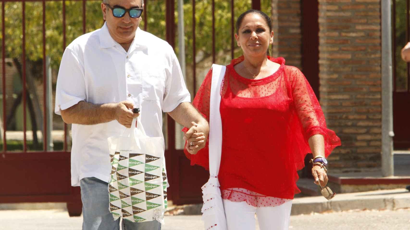 Isabel Pantoja y su hermano Agustín abandonando la cárcel durante uno de los permisos