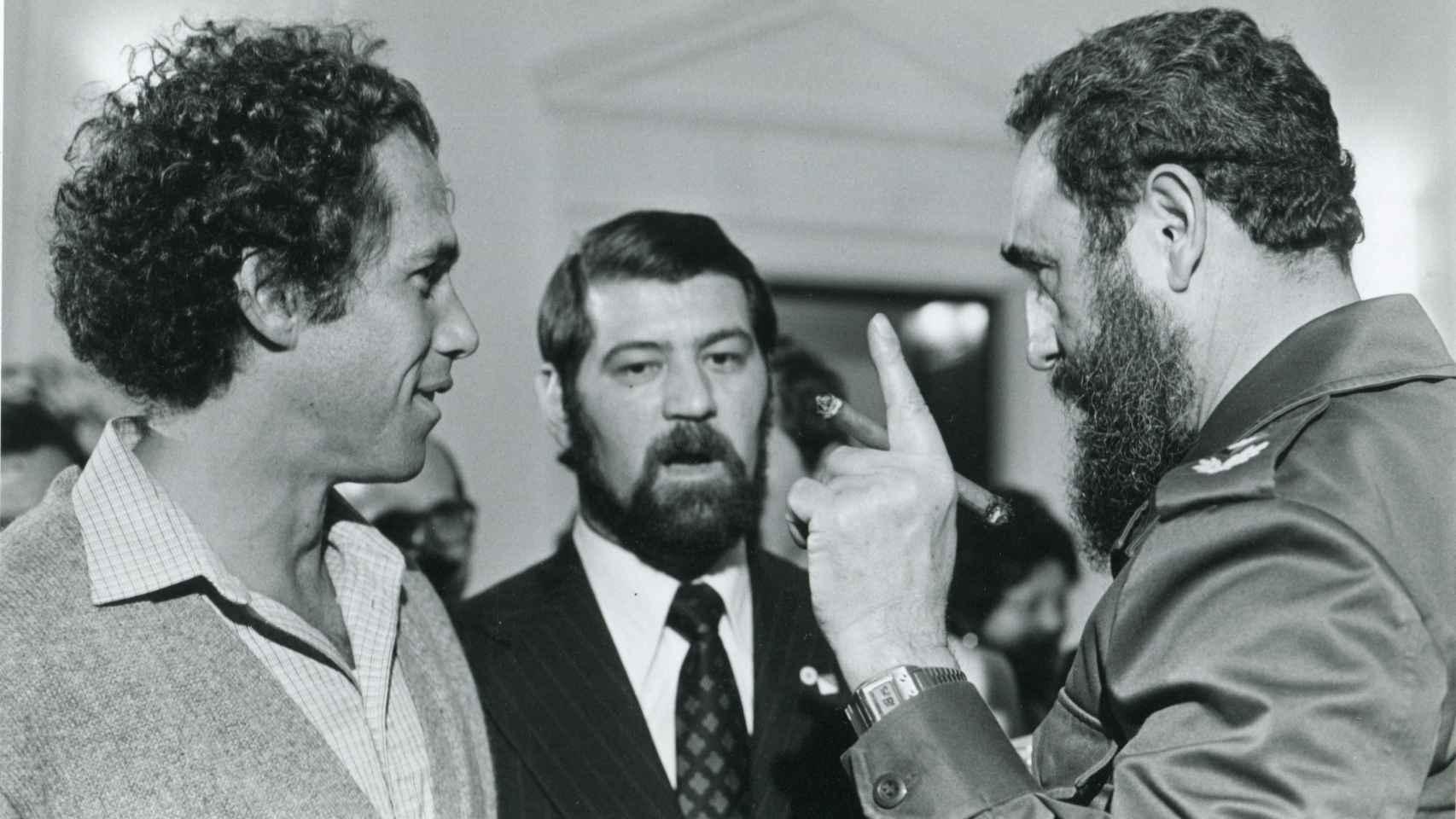 Jon Albert, a la izda., el intérprete Frank Vales y Fidel Castro, en Nueva York en 1979