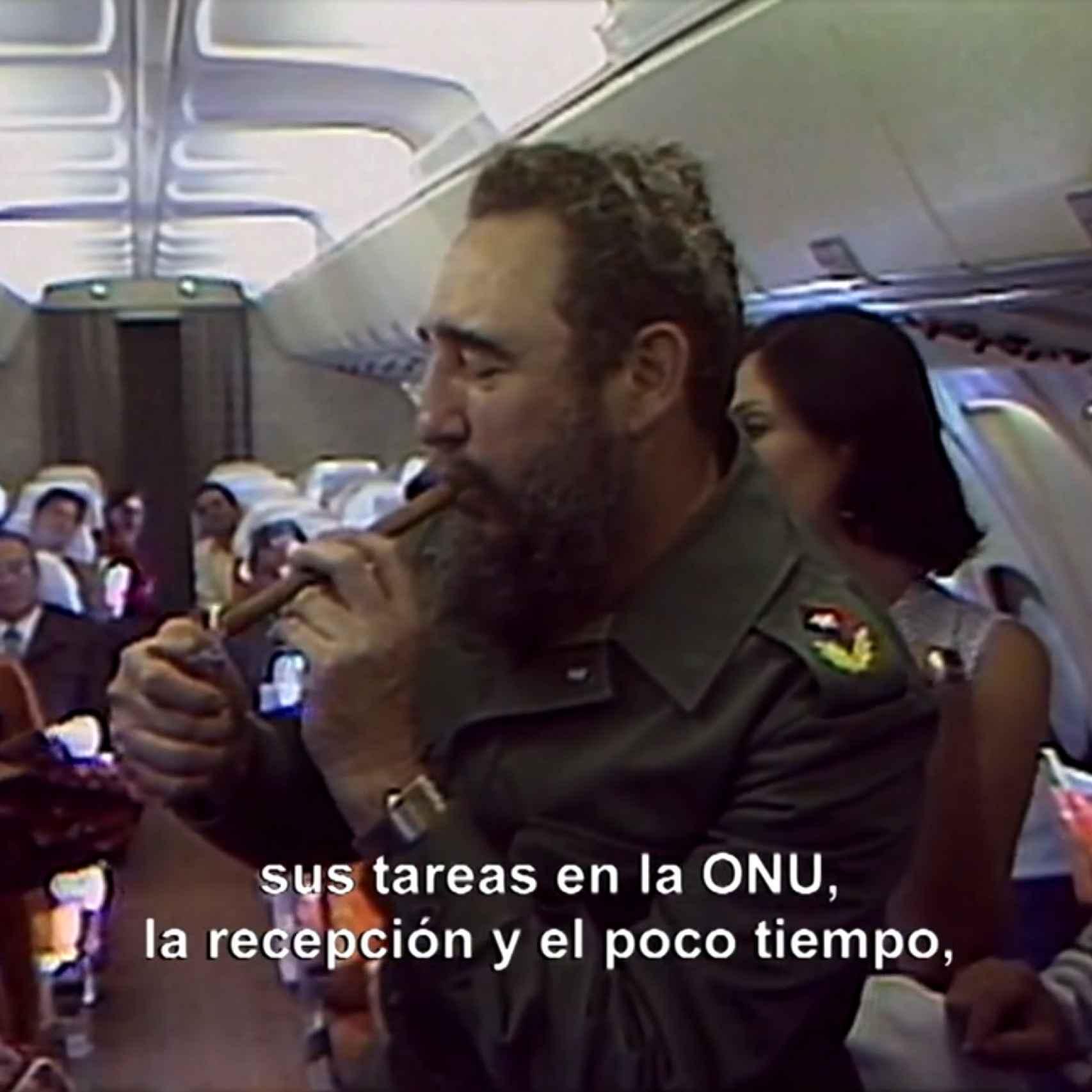 Fidel fumando en su avion
