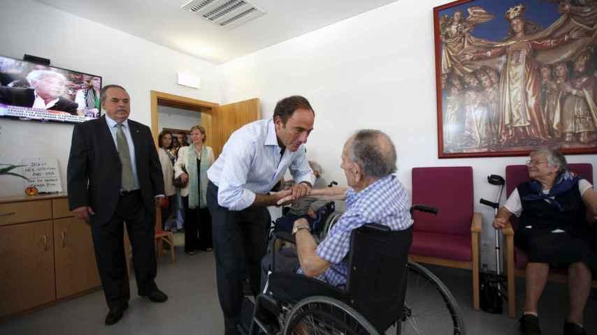 El viceprimer ministro, Paulo Portas, visita una residencia de ancianos.