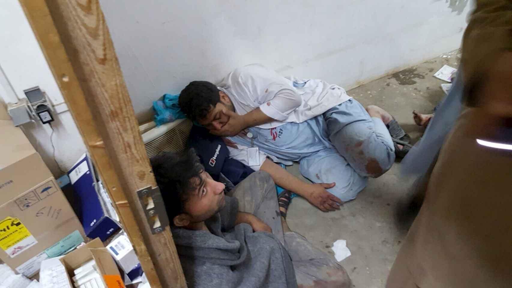 Dos miembros de MSF durante el bombardeo en el hospital de Kunduz. / Reuters