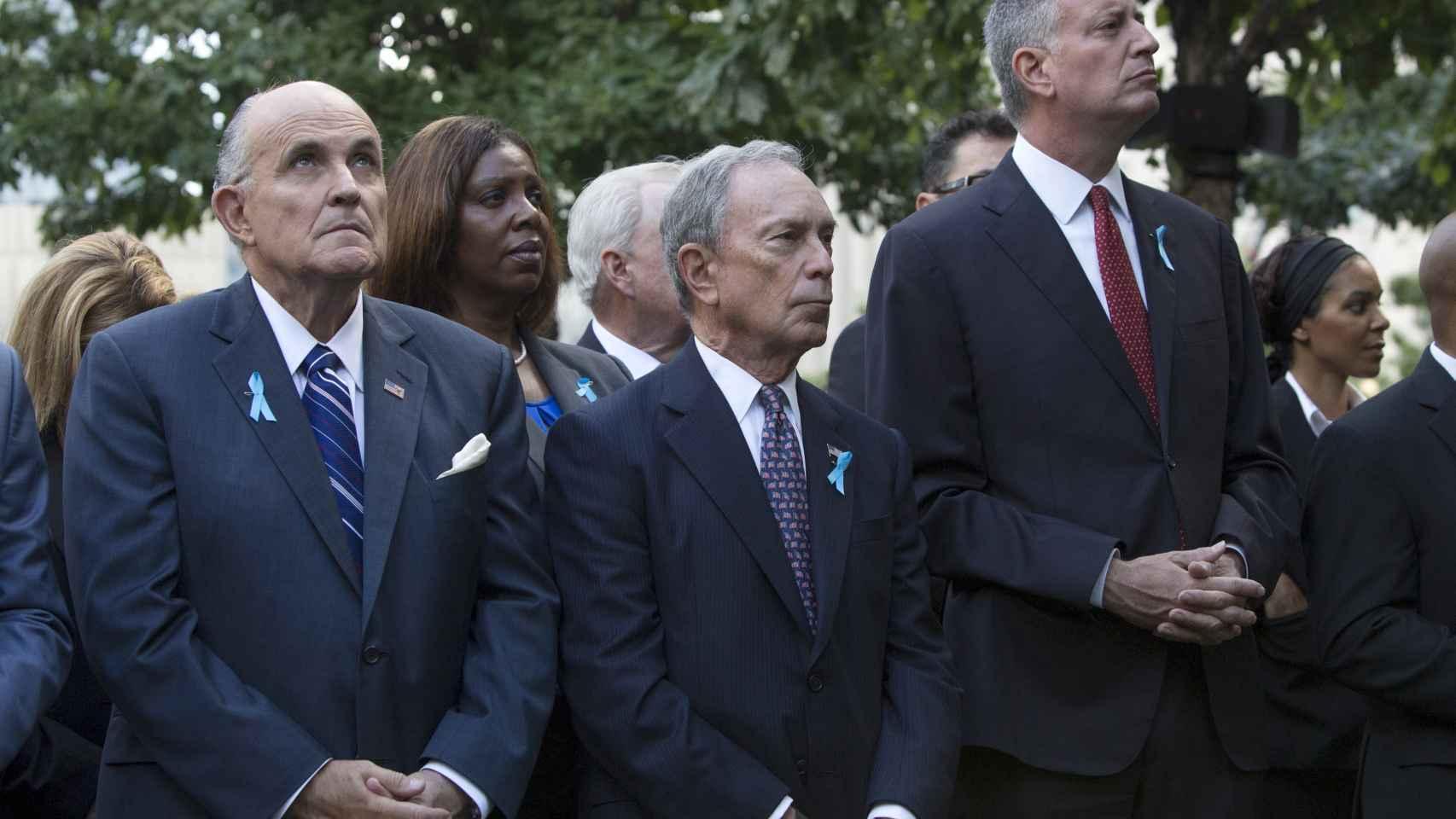 Bloomberg, entre Rudy Giuliani (izq.) y Bill di Blasio (der.). / Reuters