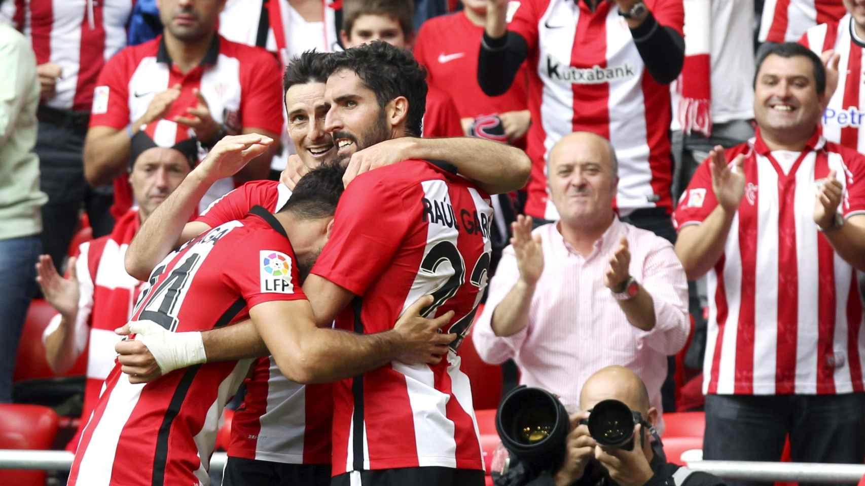 Aduriz y Raúl García celebran uno de los goles del partido ante el Valencia.