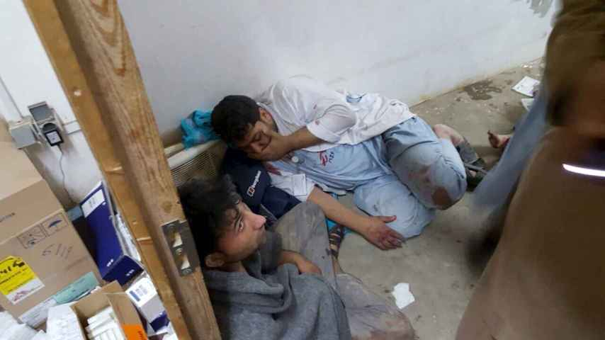 Dos pacientes se refugian de las bombas en el hospital atacado por Estado Unidos en la ciudad afgana de Kunduz