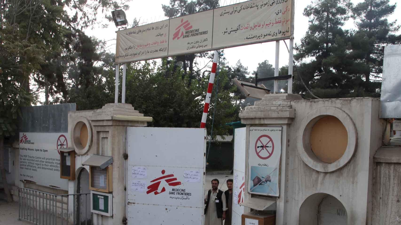 Puerta de acceso del hospital bombardeado.