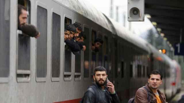 Los migrantes se asoman por la ventana de un tren a su llegada a Freilassing, Alemania.