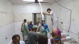 Cirujanos de MSF en Kunduz trabajando tras el bombardeo