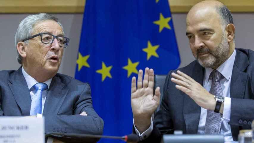 El presidente de la Comisión, Jean-Claude Juncker, y el comisario europeo de Asuntos Económicos y Financieros, Pierre Moscovici