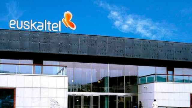 Rótulo a la entrada de la sede de Euskaltel.