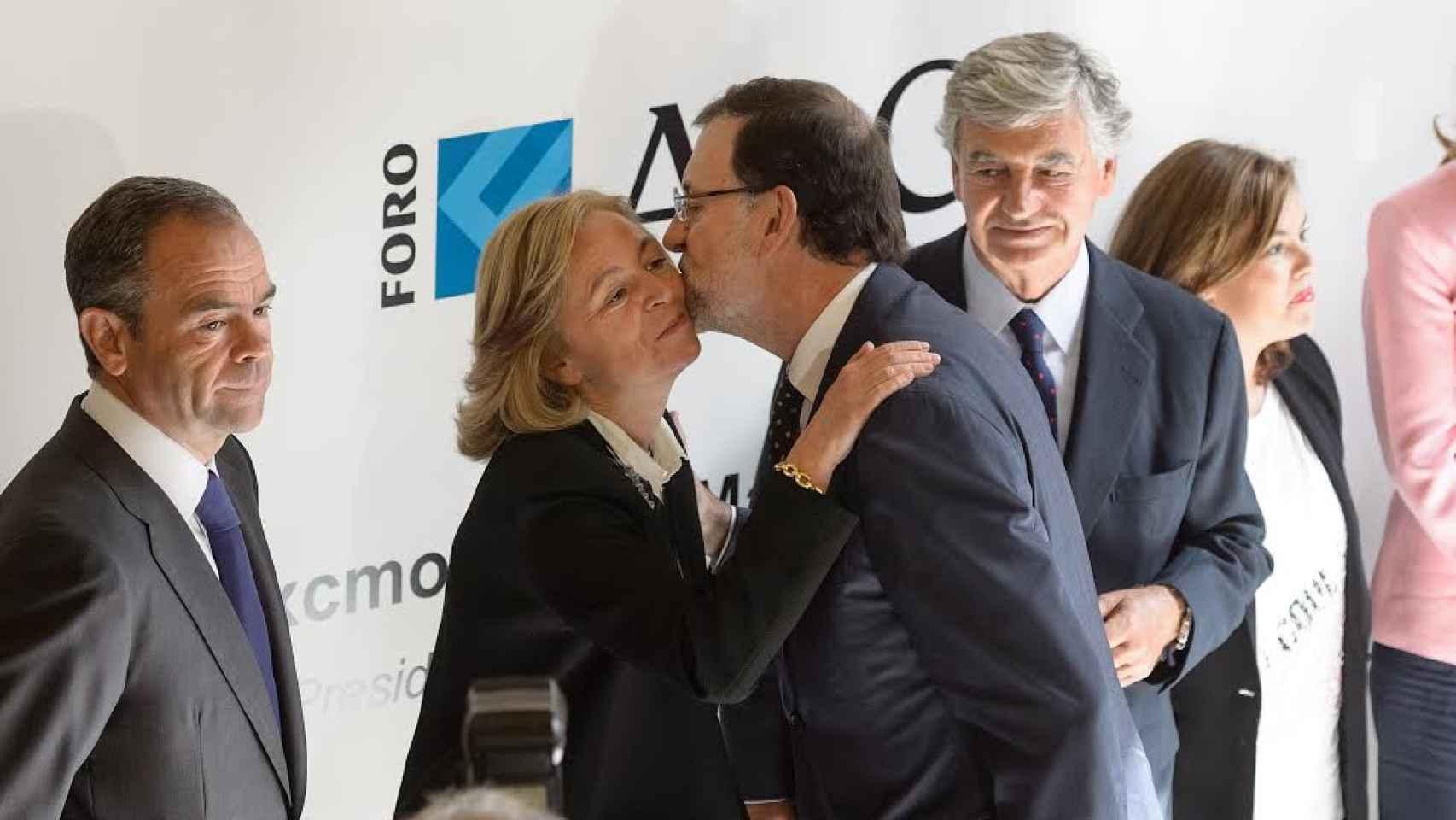 Catalina Luca de Tena saluda al expresidente de Gobierno Mariano Rajoy, en una imagen de archivo.