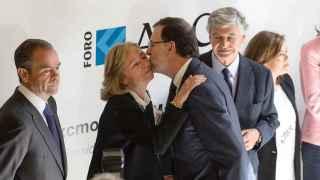Rajoy saluda a Catalina Luca de Tena a su llegada al acto