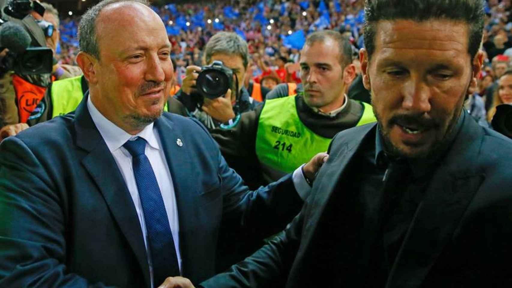 Benitez saluda a Simeone antes del derbi. / Efe