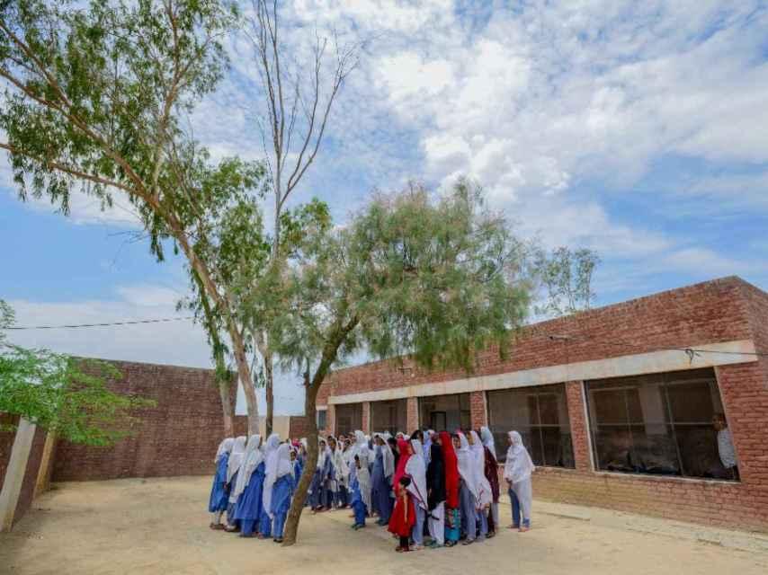 Las alumnas de Aqeela Asafi reunidas en el patio del colegio.