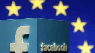 Logo de Facebook frente a una bandera de la UE.